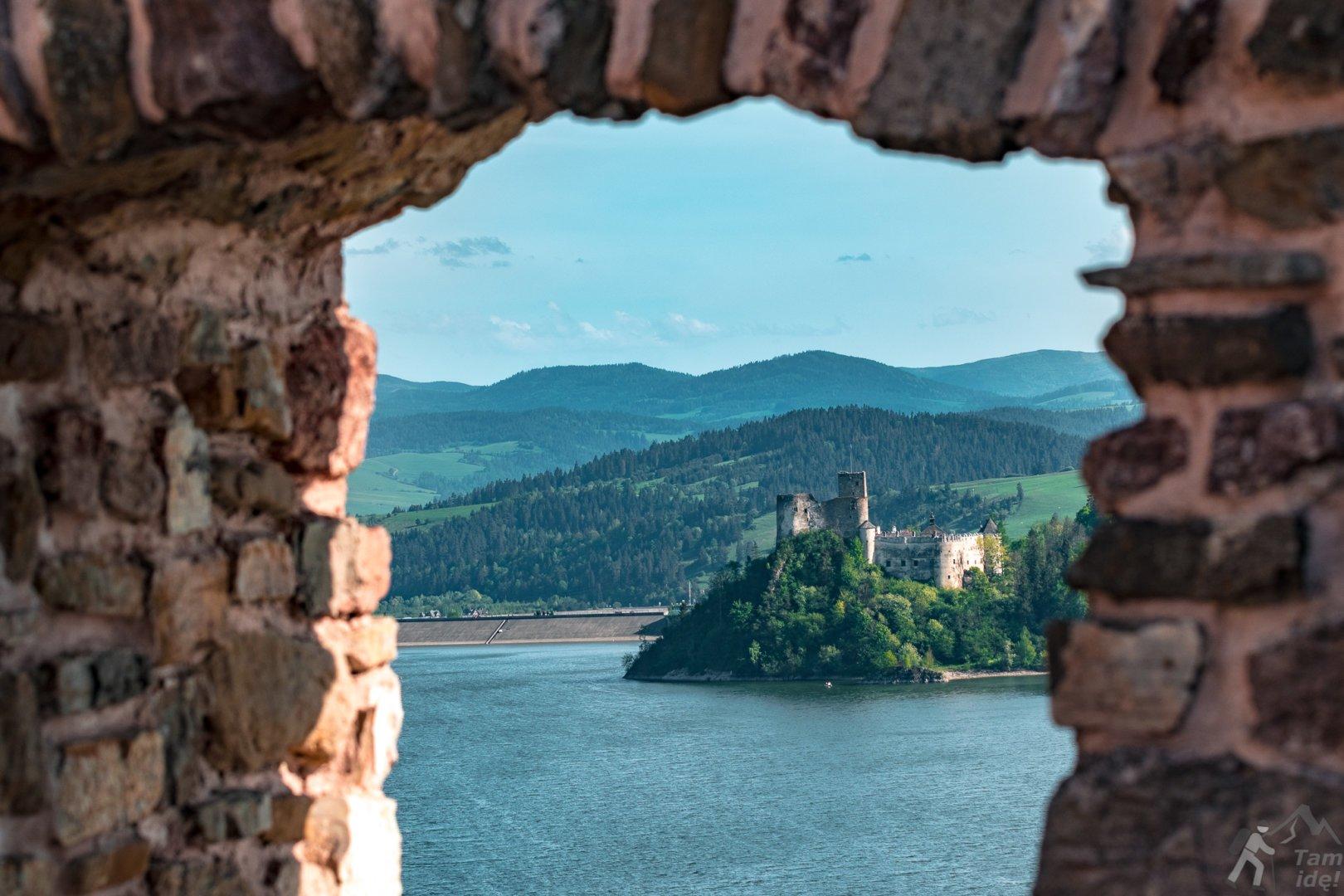 Zamek w Niedzicy widziany z Czorsztyna