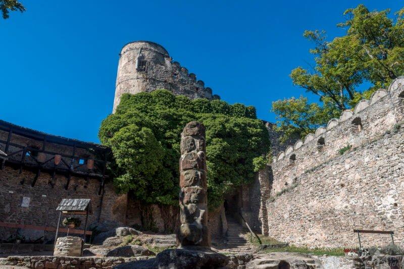 Co warto zobaczyć w Karpaczu - Dziedziniec zamku Chojnik - widok na wieże