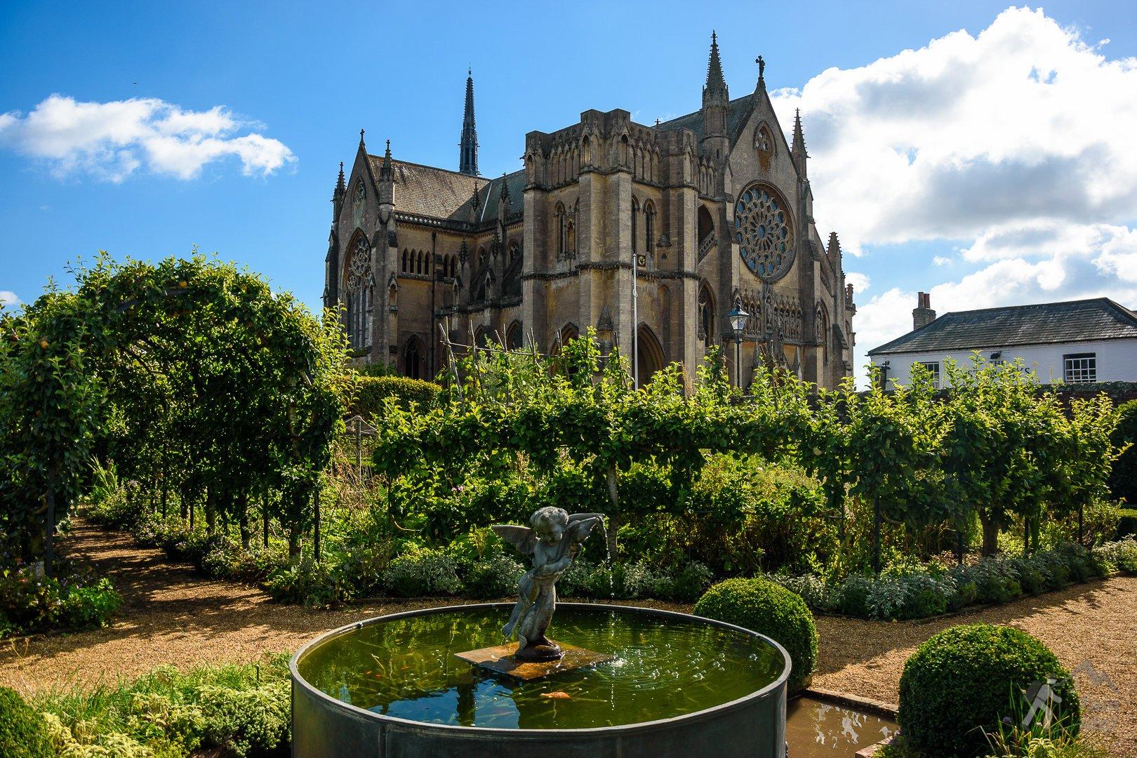 Katedra w Arundel widziana z zamkowych ogrodów