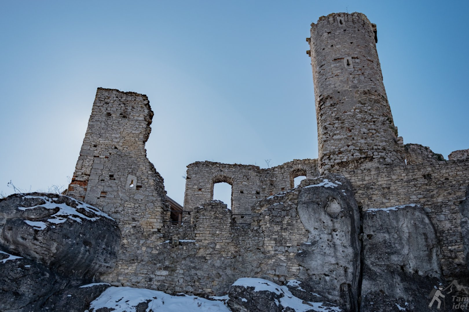 Wieże i mury zamku Ogrodzieniec w zimowej odsłonie
