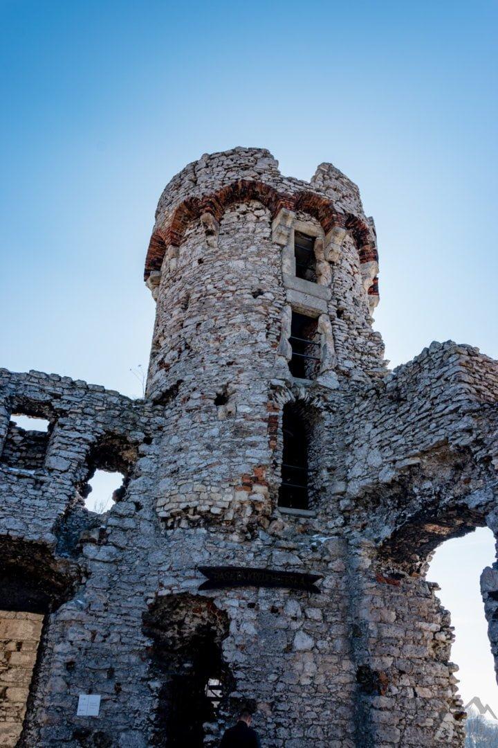 Wewnętrzny dziedziniec i wieża zamku Ogrodzieniec