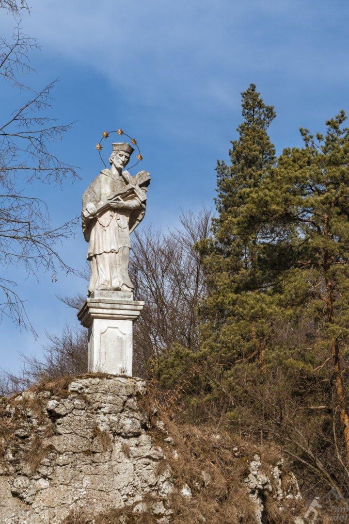 Kolumna z figurą św. Jana Nepomucena - Zamek Pieskowa Skała