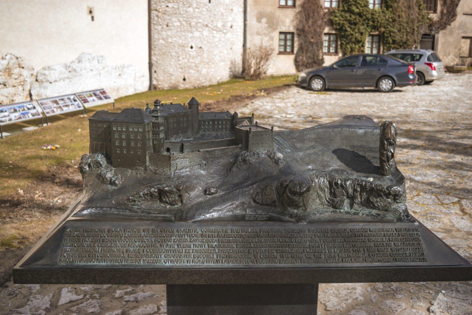 Makieta zamku znajduje się na dziedzińcu