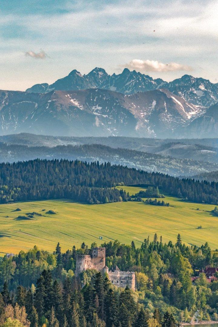 Zamek w Niedzicy z Tatrami w tle