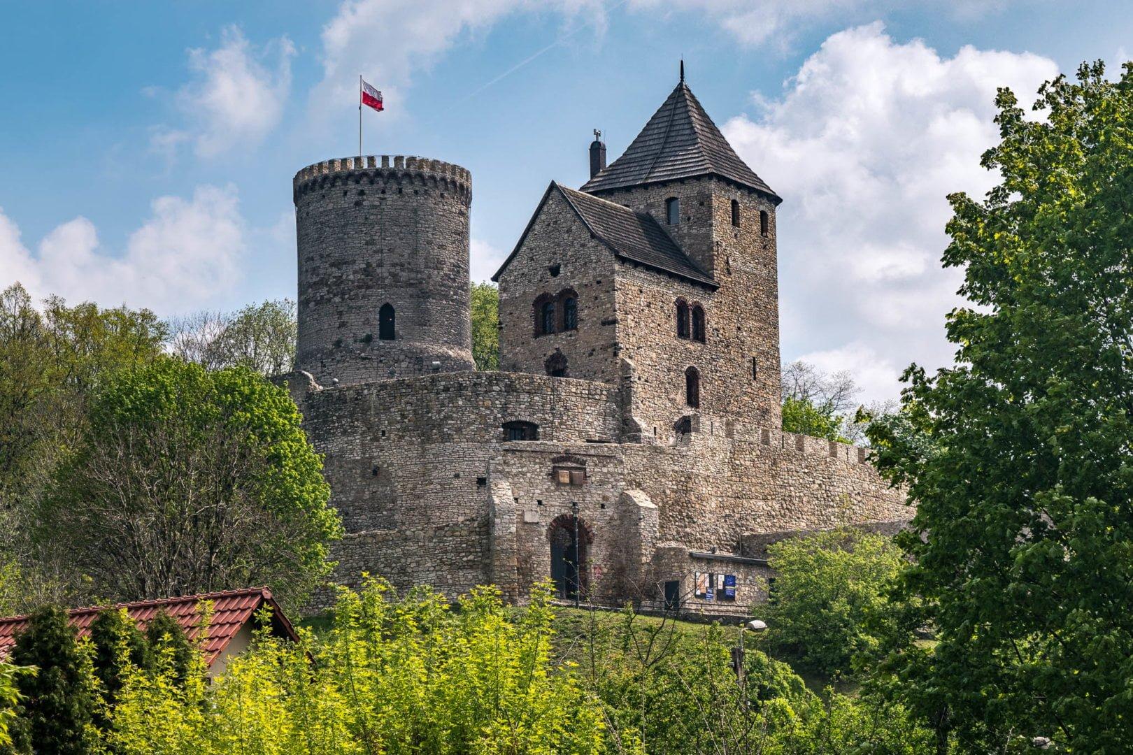 Widok na zamek w będzinie od strony pobliskiego parkingu